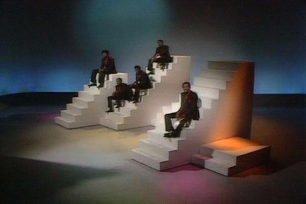 """""""埃德·沙利文秀""""(The Ed Sullivan Show)中,布景师从色面绘画、欧普艺术和极简主义雕塑中得到启发,适应60年代电视从黑白变为彩色的视觉变革"""