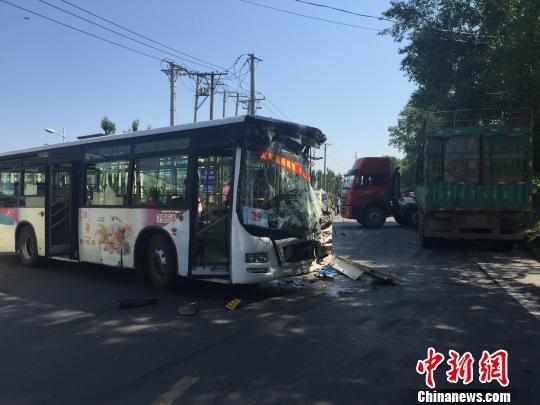 哈尔滨公交车与货车相撞 致7人入院高清图片