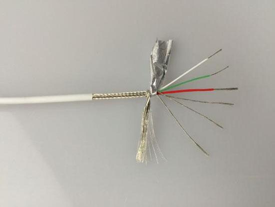 OPSO MFi Lightning苹果数据线拆解 笔者对线材也进行了解剖。紧贴外披的,首先是144编织工艺的金属屏蔽网(接地)和内屏蔽层(铝箔),这样的结构,无疑能最大程度对数据线工作过程中产生的电磁干扰予以屏蔽,防止对终端通讯信号的干扰,同时避免对人体产生辐射伤害。再往里,能看到一根加强拖拽强度的尼龙线。最后就是六芯的线材主体,包括D+ D-两根信号线(漆包线+尼龙线)、红银色各一根的电流线(每股约40根0.