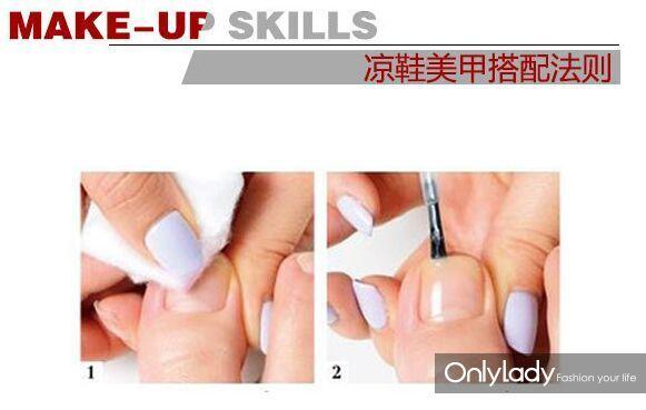 涂指甲油的步骤 STEP 1:先用沾了清水的棉花将甲面上的多余油脂擦拭掉。 STEP 2:先涂抹上一层护甲底油。 STEP 3:然后在涂抹之家有前,要先在指甲前端涂抹上一层,以免指甲油脱落后太难看。 STEP 4:刷指甲油是要从中间开始,再刷两边,第一层不用太在意表面效果,只要涂的匀即可。 STEP 5:之后跟步骤3一样,再为指甲包边一次,这样才能让指甲油不会因为走路或者穿鞋的碰撞,而轻易脱落。 STEP 6:如果第一遍涂抹的不够完美或者甲油颜色不够浓郁,接着在半干的状态下,再补涂一层。 STEP 7: