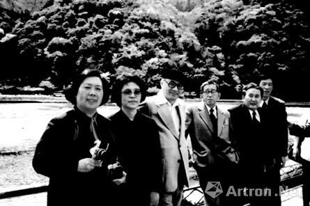 1981年,中国美术电影考察团在日本与手冢治虫合影
