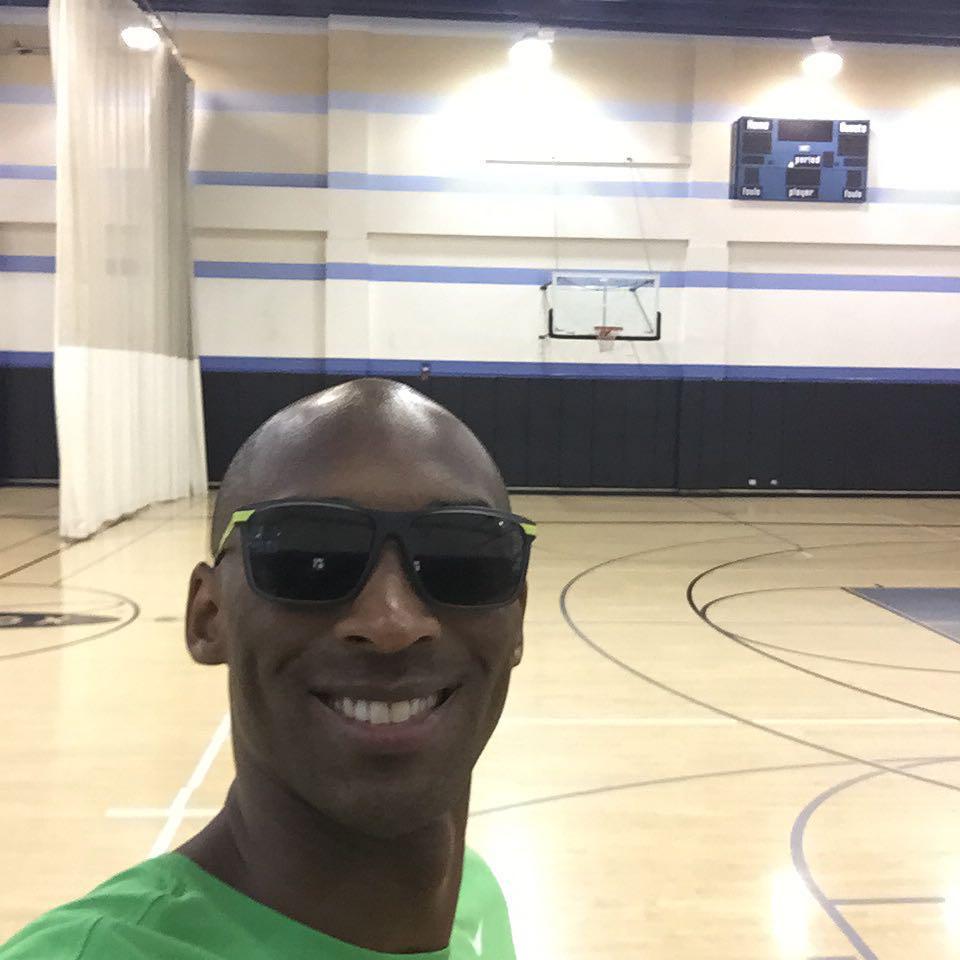 科比手术后首次进行投篮训练