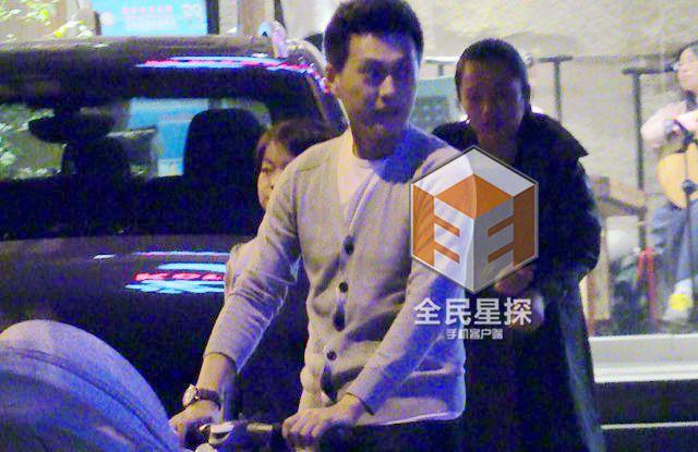靳东陪家人聚餐 双手抱儿子奶爸范十足