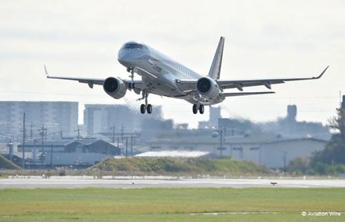 日本首架国产小型客机试飞成功