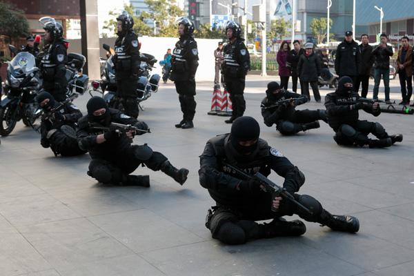 上海首支摩托特战队上街巡逻_装备曝光(组图)