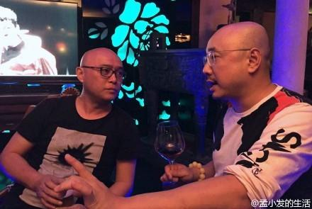 [明星爆料]徐峥与孟非合影:不仅撞发型 还翘兰花指