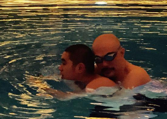 [明星爆料]父子情深!徐锦江携子游泳 从背后抱住15岁儿子