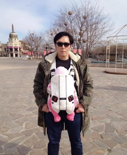 [明星爆料]51岁温兆伦变身超级奶爸 黑超遮面将女儿背胸前(图)