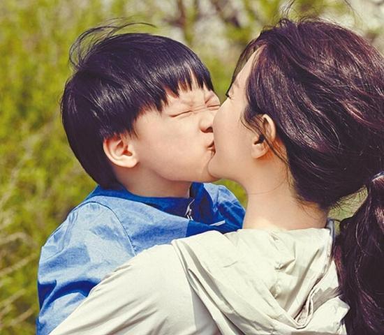 [明星爆料]李英爱儿子闻宋承宪剧中喜欢妈妈 吃醋生气