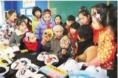 鑫和苗木现场为学生解说 脸谱的汗青 和绘制身手