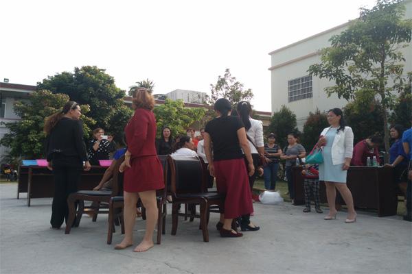 """图为:小心翼翼运送乒乓球 为庆祝第106个国际劳动妇女节,万冲镇于3月8日召开了座谈会、开展趣味游戏等系列庆祝活动。县妇联主席罗花兰、团县委书记马丽云以及镇三套班子成员、来自各行各业的60余名妇女代表欢聚一起共庆节日。 座谈交流会上,妇女代表们畅所欲言,不仅分享了开展计划生育、妇女维权、""""两癌""""筛查等工作的经验,并且倾诉了自身家庭生活中的困难和需求。 活动随后举行了夹乒乓球、抢凳子、知识竞答等趣味游戏,并为优胜者颁发奖品。活动现场气氛热烈、欢声笑语不断,广大妇女干部和群众在互动参"""
