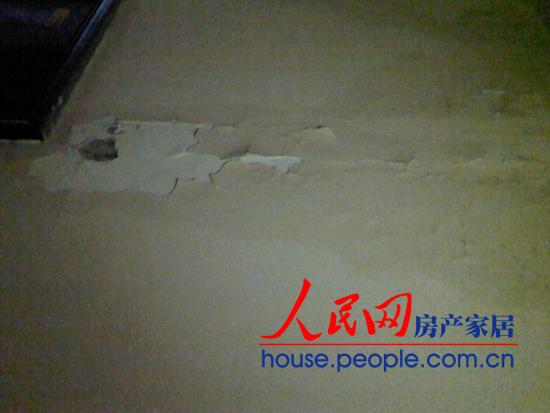 太原星河湾业主的卫生间出现漏水,水渍浸透了公共楼梯墙面,涂料开始大片脱落。