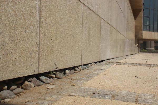 项目会所底部石材与地面之间,如今已有了不小的缝隙.图片
