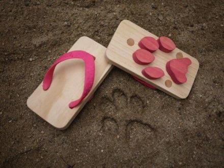 猫掌形鞋底夹指拖,在日本人气蹿升,走起来会留下谜一般的巨型喵星人脚印,实乃沙滩作案必备单品。