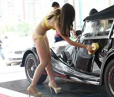 杭州洗车店雇比基尼美女洗车吸引大量男顾客