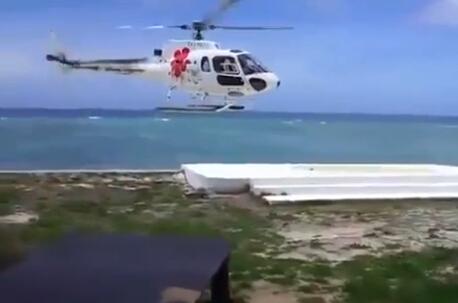 中国游客斐济度假 直升机在眼前坠毁