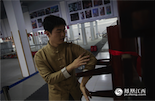 程逸涵从高中毕业后就开始学习咏春,和师傅在赣江边练拳。五年苦练之后,这个90后的年轻人已成为咏春高手,许多年纪比他大的学员,都要喊他一句师兄。