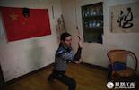 殷露的习武之地,是在南昌永叔路的一间老宅里,这间不起眼的老宅也是殷露师傅的居所。说到学拳的渊源,在2007年的时候,殷露有次伤到筋骨,便上网找老师傅来疗伤,也由此遇到了师父,从此结缘形意六合拳。