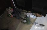 家里的鞋架上有双已经被厚厚的灰尘覆盖的皮鞋,是儿媳妇离开时遗留下来的。四年前丈夫病重,她选择了远去,回了赣州娘家,至今仍渺无音讯,两个女儿的事情也不管不顾。