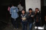 江才华说,农民工子弟学校最大的不同就是,这里的孩子几乎没有独生子女。父母为了把孩子带在身边,都把房子租在学校附近居住。但他们的往往要去到很远的地方工作,所以孩子们几乎很难在睡觉前见到父母。而学校一旦搬迁,这些孩子们的父母又要面临重新找房租房的选择,让原本漂泊的生活更加艰辛。