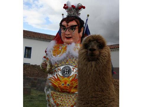 """穿着三太子神袍的吴建衡与位在秘鲁当地的羊驼合照。图片来源:台湾""""今日新闻网"""""""