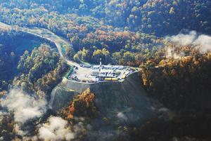 位于西弗吉尼亚州北部崇山峻岭中页岩气井。