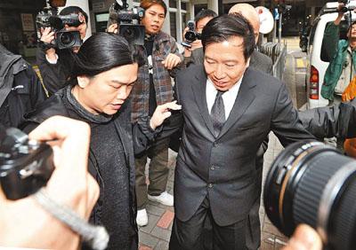 陈振聪由妻子谭妙清陪同到法庭应讯。香港文汇报图