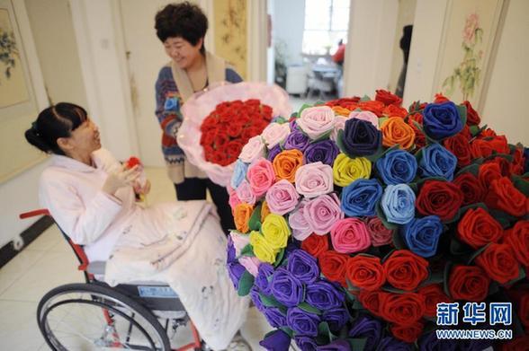 """残疾""""玫瑰姐姐""""图自强巧手制花纸折玫瑰引网友争相订购"""