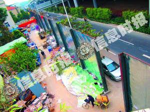 北亭村早在前年开始被一幅高达6米的铁皮墙与大学城分隔开来。