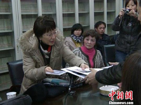 日本学者松冈环向中国学者赠送其收集的有关南京大