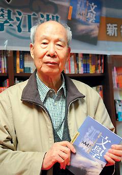 """三年前,王鼎钧完成回忆录《文学江湖》后,读者以为他退出""""江湖""""。没想到他最近出版散文集《桃花流水沓然去》。图为他二○○九年七月在纽约《文学江湖》签书会上。图片来源:台湾《联合报》"""