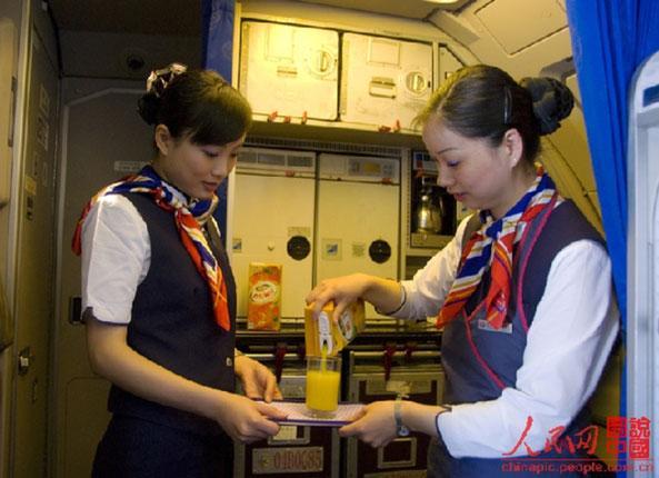 实拍:空姐在飞机上究竟都忙些啥