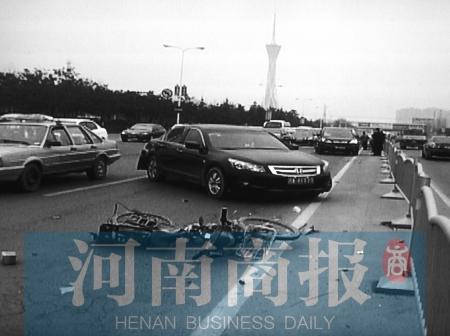 电动车出事后,两辆汽车为了避让,发生追尾-电动车 抄近道 横穿马路高清图片