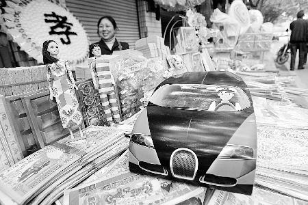 """昨日,石桥铺,摊铺上出售的""""豪车""""。 本组图片记者张永波摄"""