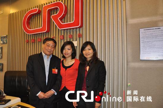 人大代表、娃哈哈集团董事长宗庆后(左)做客中国国际广播电台直播节目《创富蓝海》