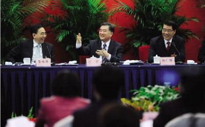 3月5日,广东省省委书记汪洋(中)回答记者提问。图/CFP