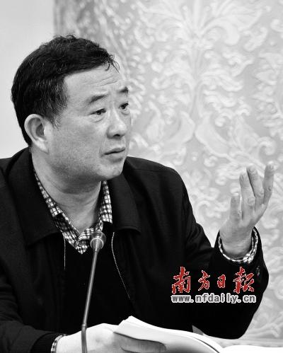 郑鄂代表在分组审议中发言。