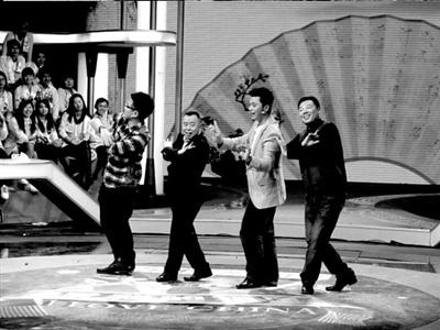 老人现场拿出历时一年制作的《鹤舞云霄》,这幅以新中国成立50周年为