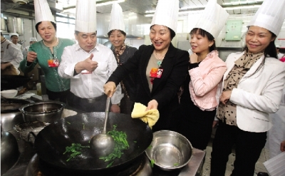女代表学炒菜:动铲子,还要动锅子
