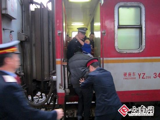 火车上准妈妈突然临盆 乘警搭建临时产房母子平安(图)