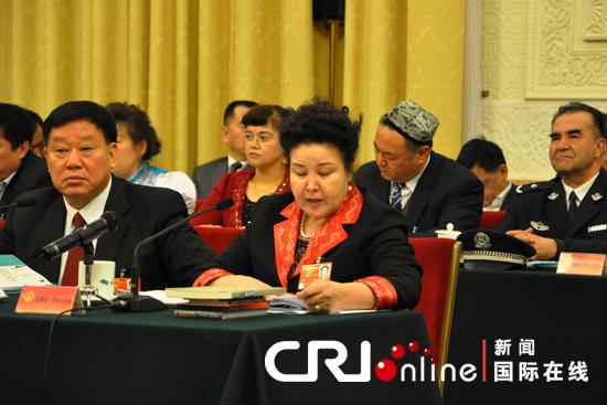 全国人大代表哈丽妲·努尔买买提在全体会议上发言。肖中仁摄