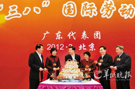 汪洋、朱小丹、欧广源、黄龙云和两位在粤全国人大代表陈玉杰、黄丽满一起切蛋糕 羊城晚报特派北京记者 林桂炎 摄