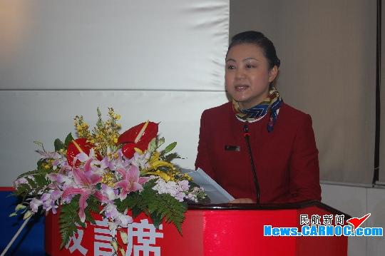 国航西南客舱部副总经理谈国萍做培训工作报告.