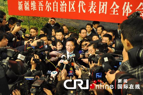 全国人大代表、新疆维吾尔族自治区党委书记张春贤成为媒体围堵的焦点。杨琼摄