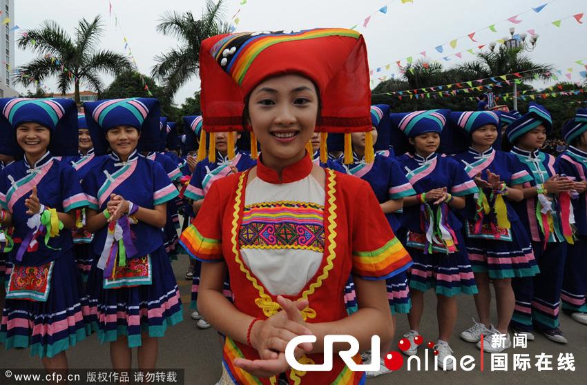 头包彩色印花或提花毛巾是壮族妇女服饰的一大特点 云游摄影供图