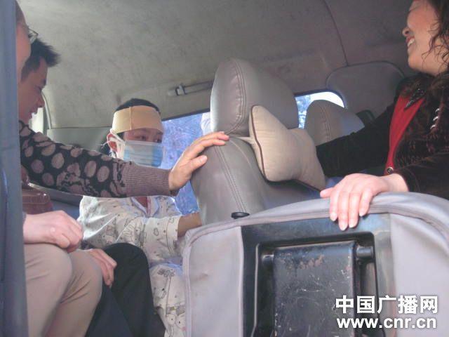 周岩有些忧愁的眼神(图片来自中国广播网)