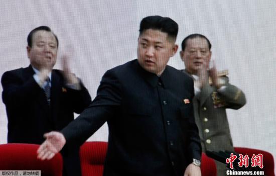 金正恩表扬朝鲜武器装备馆建设者 与其合影留念