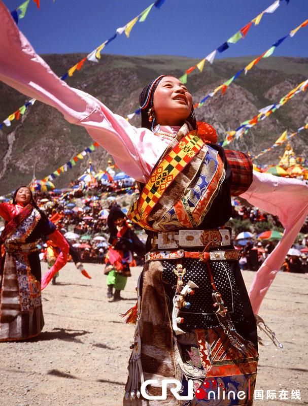 传统舞蹈表演中的藏族服饰 特