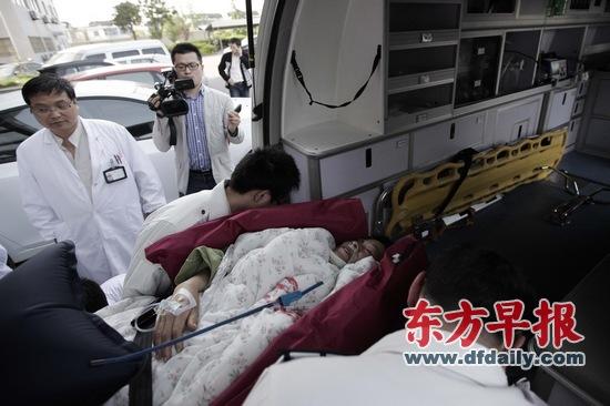 昨日,常熟市中医院,在赏花游大巴车祸中受伤的王女士被抬出重症监护室,准备转院至上海。早报记者 杨一 图 早报记者 史寅昇 顾文剑 储静伟 栾晓娜 李祎 龚菲 截至昨日,在上海赏花游大巴常熟车祸中的死亡人数上升至14人,公安部、国家安监局已派人抵达常熟,介入事故调查。 4月22日上午,载有31名游客的沪BL1290大巴在沿江高速公路常熟段冲破中间隔离护栏,与对面一辆货车相撞,造成13人死亡、21人受伤。 22日夜间,又有1名女游客因抢救无效死亡,其他3名重伤员状态平稳。 按照市委书记俞正声、市长韩正