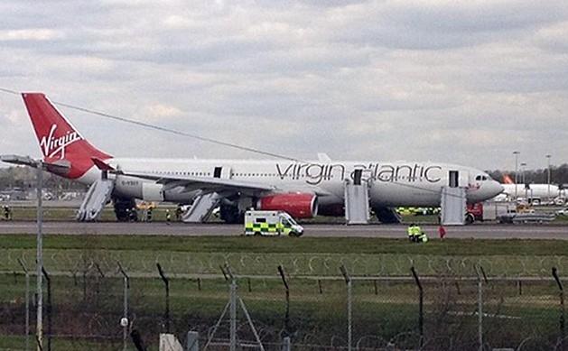 飞机遂紧急迫降伦敦盖特威克